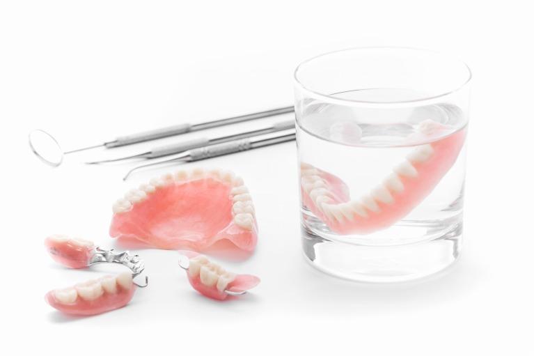 患者さんの負担が少なく、安価であることが入れ歯のメリットです